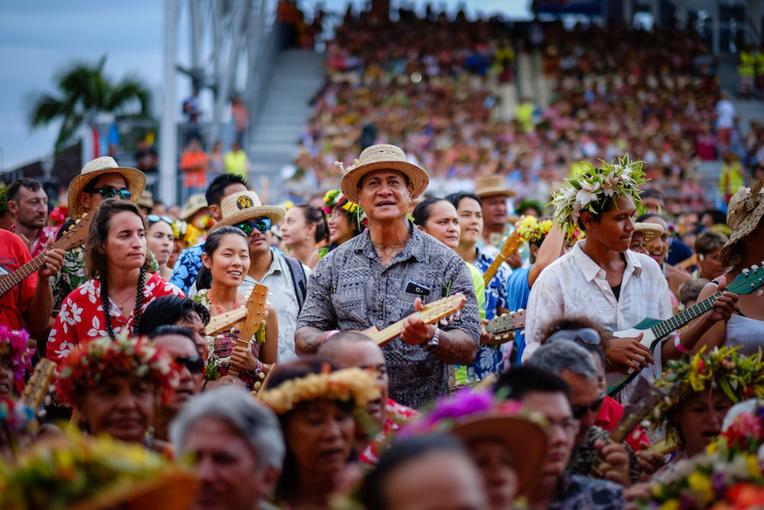 Le 11 avril 2015, 4792 joueurs de ukulele se sont réunis dans l'arène de To'ata pour interpréter la chanson phare de Henrietta Alves ( © Stéphane SAYEB)