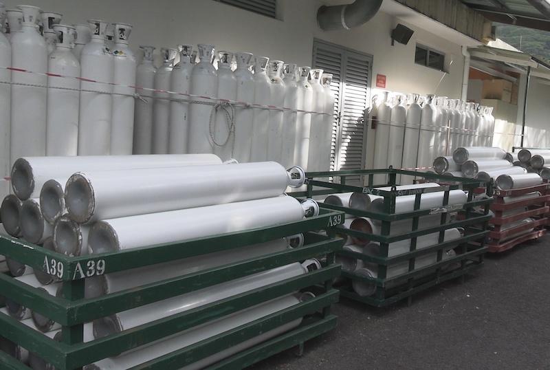 Des bouteilles d'oxygène, arrivées par bateau, ont été livrées à l'hôpital de Uturoa.