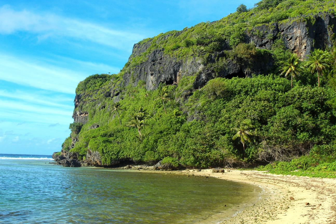 La barrière de corail et le lagon de Rurutu ont été soulevés de plusieurs dizaines de mètres de hauteur pendant quelques millions d'années, un nouveau lagon et une nouvelle barrière de corail s'étant formés plus récemment au pied des falaises de calcaire.