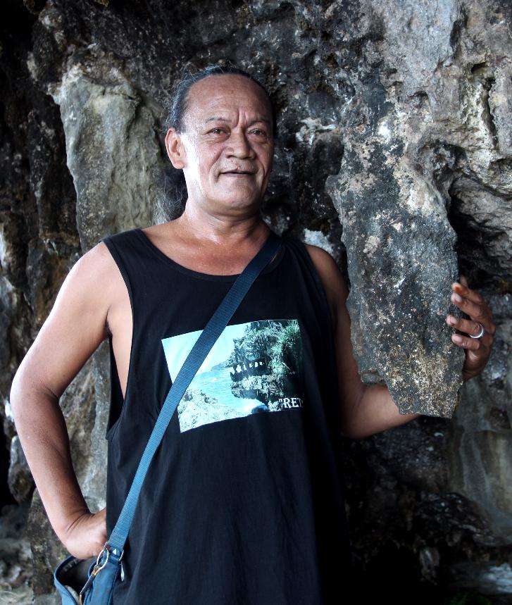 """Neti, notre guide, est un peu le """"monsieur cavernes"""" de Rurutu. Non seulement il les connaît bien, mais c'est toujours un plaisir que de se faire guider par celui qui sait exactement où mettre ses pieds et ses mains dans les passages difficiles."""