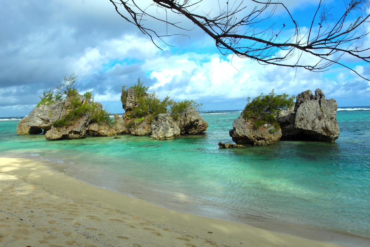 À l'extrême sud de Rurutu, à Naairoa, se trouve l'un des plus beaux bains de Polynésie, la plage de la pointe Toataratara, avec ses rochers semblant flotter sur l'eau cristalline. Du matin au soir, on y est perpétuellement bien. Le cadre est propre, les riverains accueillants, il y a même des petits bancs. Pour une journée pique-nique, à l'ombre des aito, c'est le paradis.