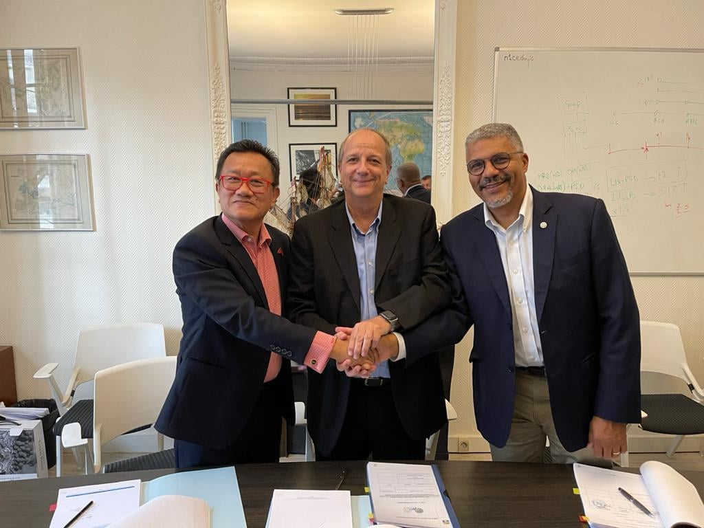 Le P-dg du groupe OPT, Jean-François Martin, entouré des représentants d'Alcatel Submarine Networks et d'Optic Marine Services.