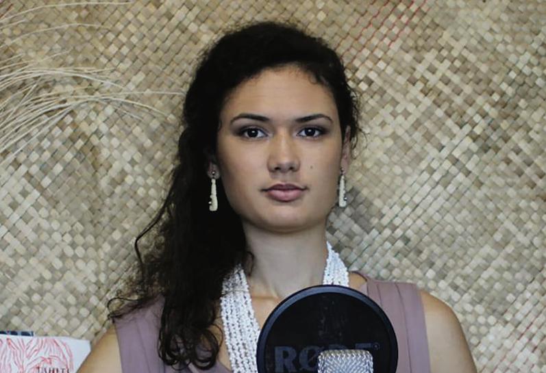 Orama Nigou est artiste designer. Très inspirée par le maro'ura qui la passionne, elle a également très à cœur un travail de vulgarisation et d'accès à la culture polynésienne.