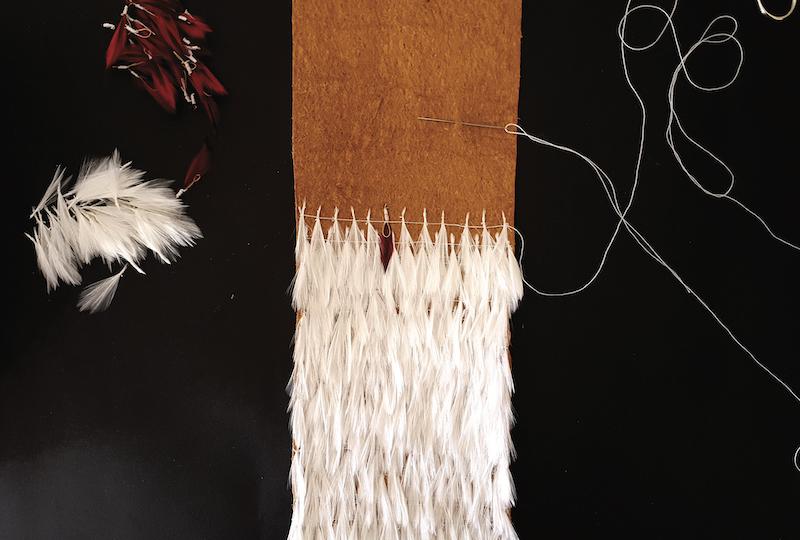 Dans sa reconstitution Orama a utilisé du tapa de banyan comme sur la pièce originelle, des fils de coton (et non des fibres) et les plumes de coq, l'origine de celles du maro'ura n'a pas encore été définie avec certitude. (© Orama Nigou)