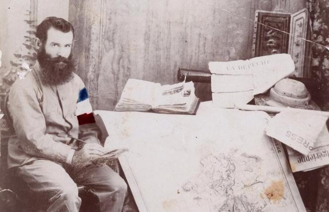 En Australie, Gilbert se fit immortaliser devant des cartes de géographie. A ce moment-là, il n'a pas encore renoncé à son pari fou; il espère remonter le long de la côte chinoise puis traverser le Pacifique et redescendre tout le continent américain.