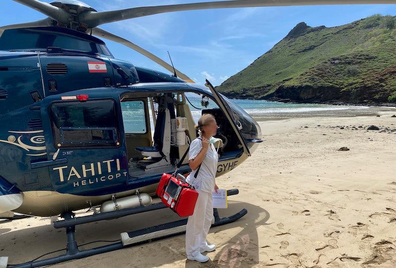 TNH a effectué 450 évasan en 14 mois.  Ici, une évasan réalisée dans la baie de Hakaea sur l'île de Nuku Hiva. (© Tahiti Nui Helicopters)