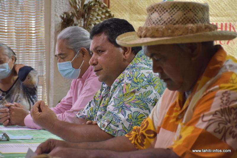 Le pasteur François Pihaatae, président de l'église protestante ma'ohi, ici en présence du pasteur Mitema Tapati et de Me Philippe Neuffer.