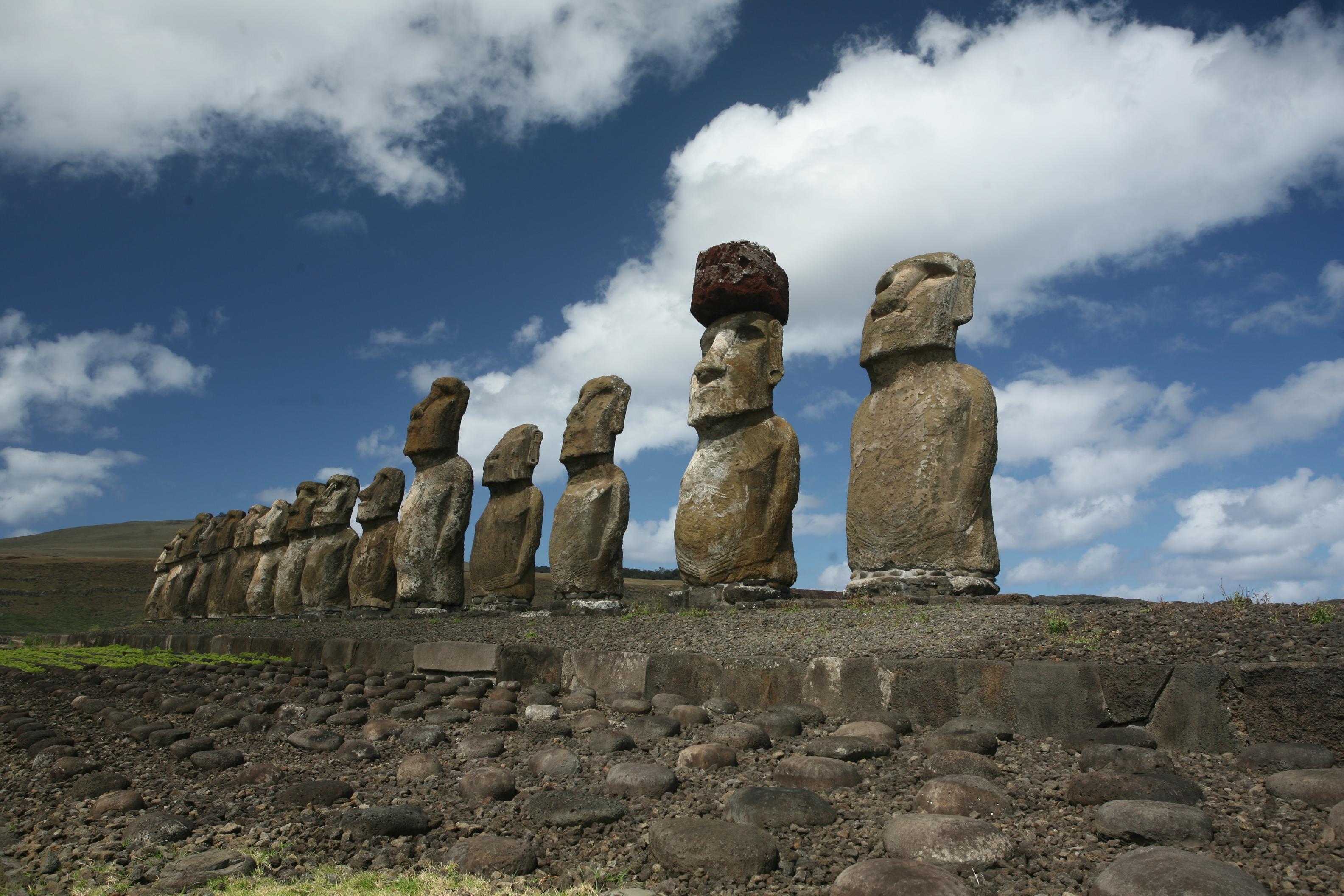 La théorie selon laquelle ce sont des Indiens venus de l'Amérique du Sud qui ont sculpté les moai de l'île de Pâques est certes plaisante, mais les statues sont bien antérieures à 1450. Et dire que ce sont des étrangers qui les ont réalisées, c'est nier toute la créativité des Polynésiens qui peuplaient l'île depuis longtemps.