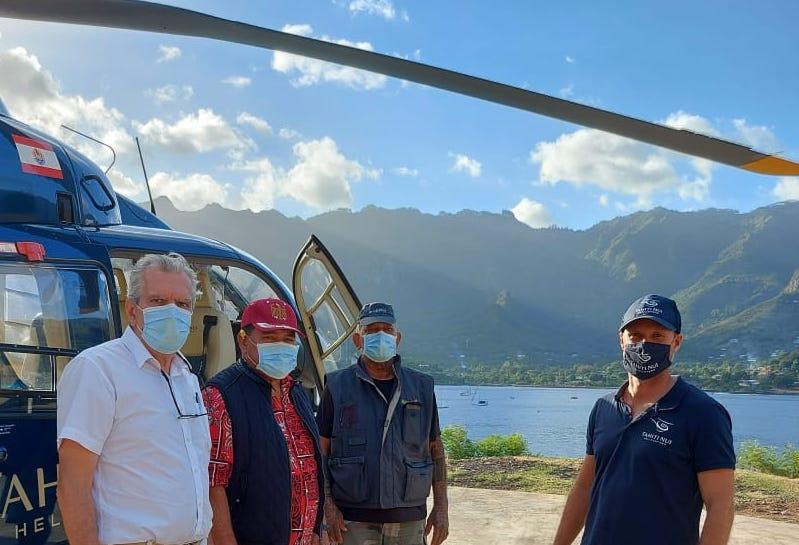 Grâce à l'aide de Tahiti nui Helicopters, le maire de Nuku Hiva, l'administrateur d'État des Marquises et les pompiers survolent régulièrement la zone de l'incendie afin de contrôler l'avancée du feu dans la zone inaccessible par la route.