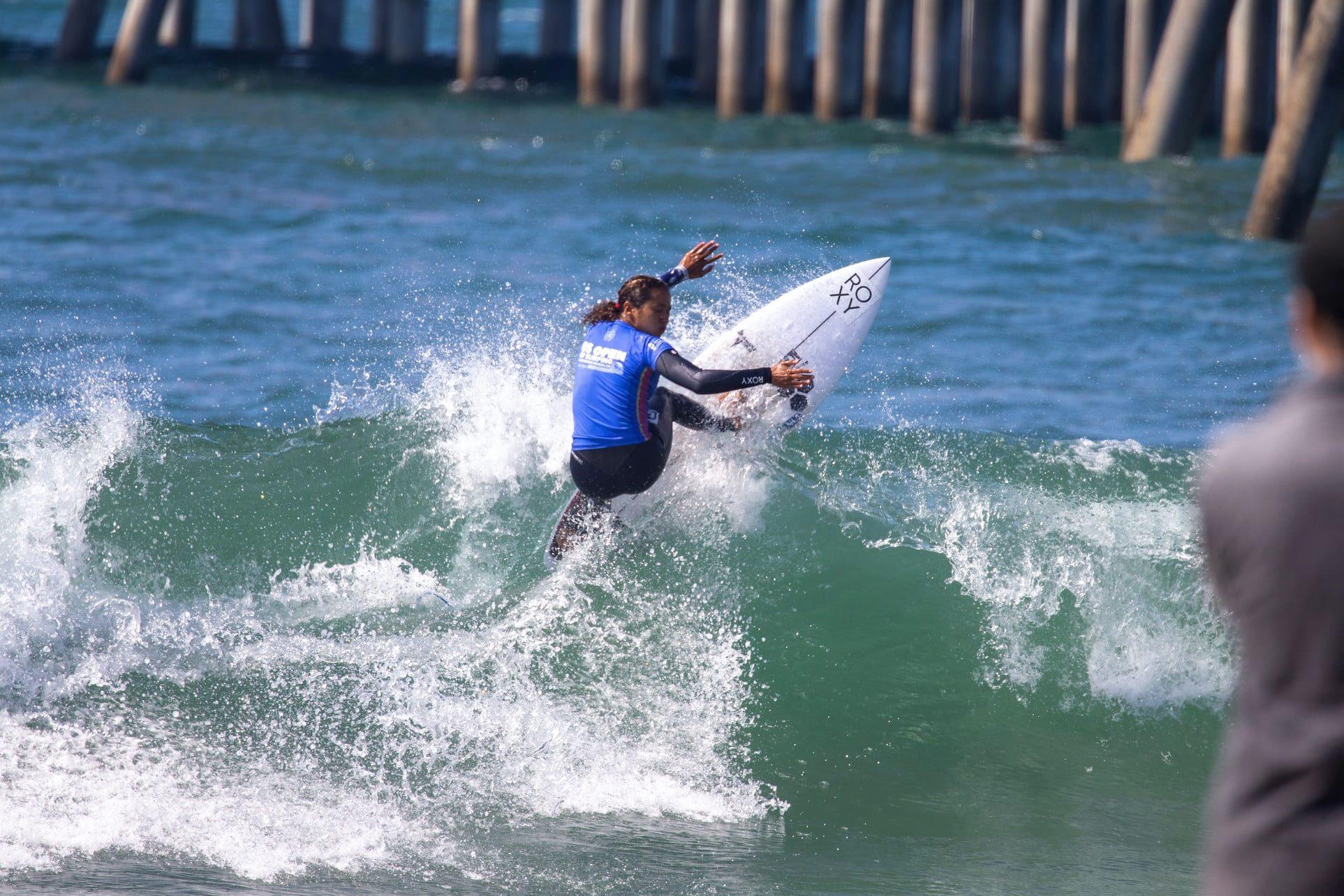 Vahine Fierro a du mal à trouver son rythme, ce vendredi, lors de sa série des huitièmes de finale. (Photo : World Surf League / Moris)