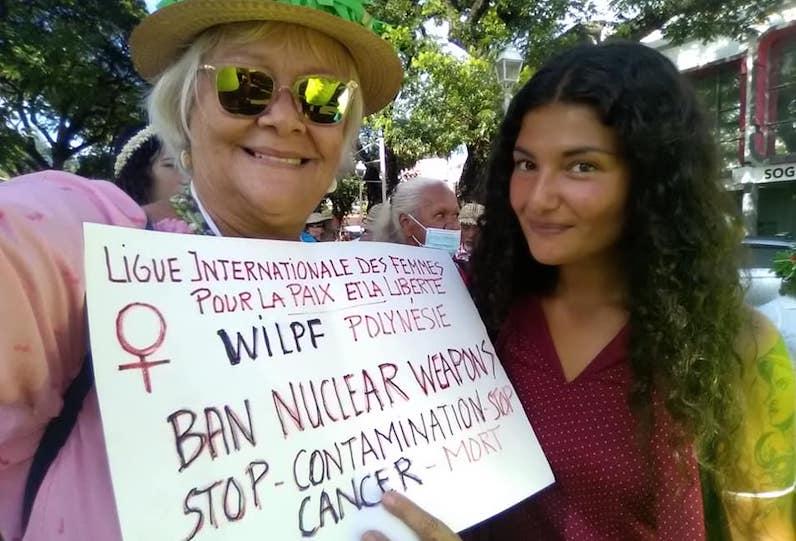 Clémence auprès d'une militante, lors d'une manifestation.