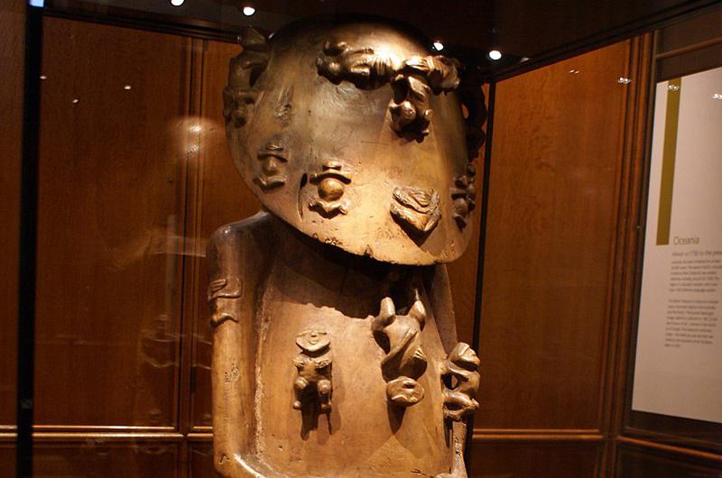 """A'a dans toute sa splendeur. La statue mesure 117 cm de hauteur. 30 statuettes sont sculptées sur son corps, dans deux styles distincts; il pourrait s'agir d'hommes et de femmes (seize ont une posture droite, """"virile"""", les bras au-dessus du torse, tandis que quatorze sont bras et jambes écartés). Presque toutes sont exposées de manière symétrique (photo P. Hudson)."""