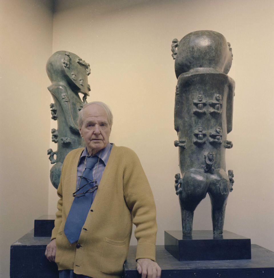 Le célèbre artiste Henry Moore devant le moulage en bronze de ses deux A'a, des pièces tout à fait exceptionnelles, même s'il ne s'agit que de copies.