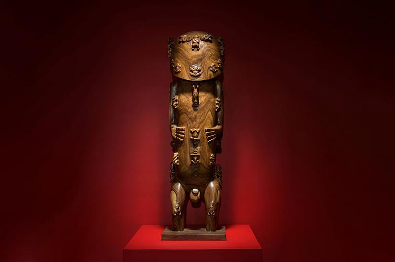 Le superbe A'a de la galerie Manua Exquisite Tahitian. Poids: 6 kg. Dimensions: 24 x 56 cm. Matériau: bois. A voir sur le site https://www.manuatahitianart.com/collections/tiki-aa/