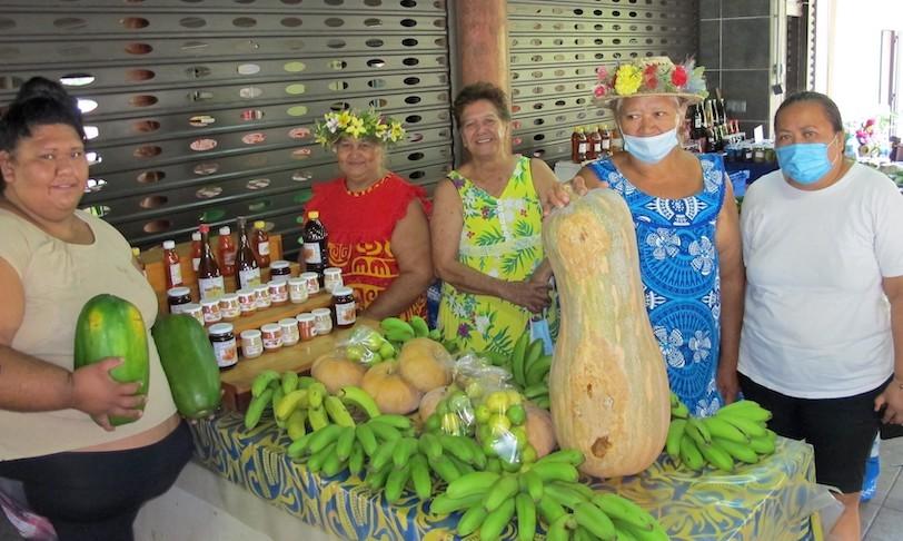 Cette semaine les agriculteurs de toutes les vallées de Nuku Hiva exposent leurs plus beaux spécimens de fruits et de légumes locaux au marché de Taiohae.