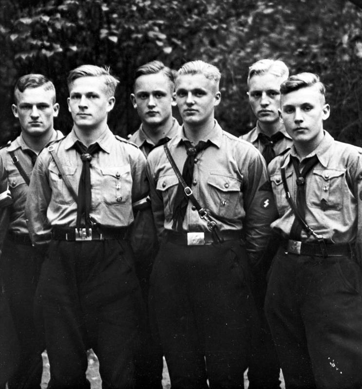 Sous le régime nazi, les jeunesses hitlériennes représentaient le modèle idéal du pur Aryen... Bien loin de nos voisins et amis les Maoris !