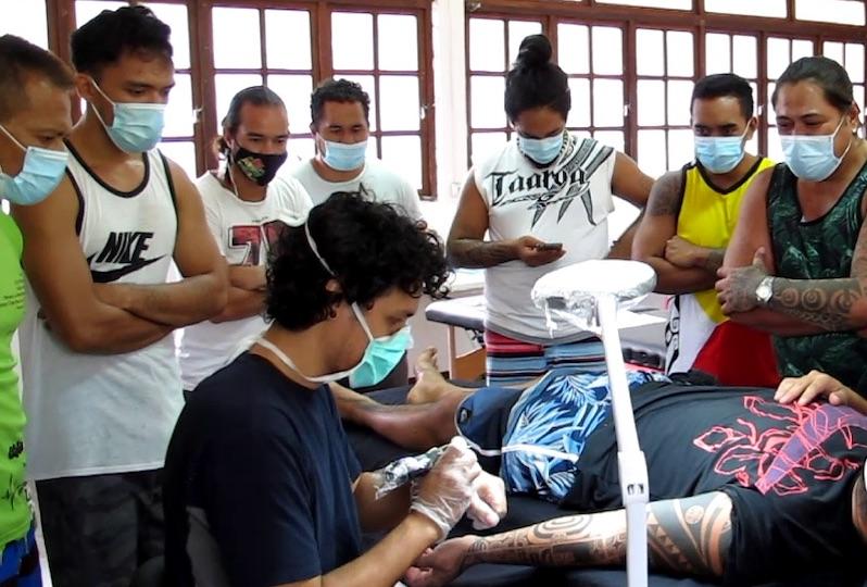 Cette semaine les stagiaires assistent à des démonstrations de tatouage en situation réelle, réalisées par leur formateur Heretu Tetahiotupa.