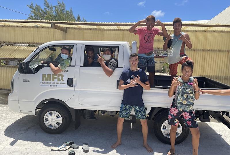 Des jeunes de la MFR de Hao, avec le directeur Pierre Le Cor au volant du nouveau véhicule, qui va permettre à la structure d'être plus autonome.