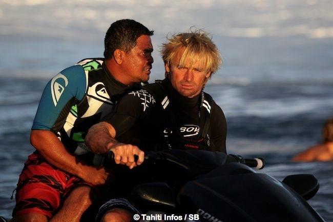 Laird Hamilton ( à droite) aux côté de Raimana Van Bastolaer