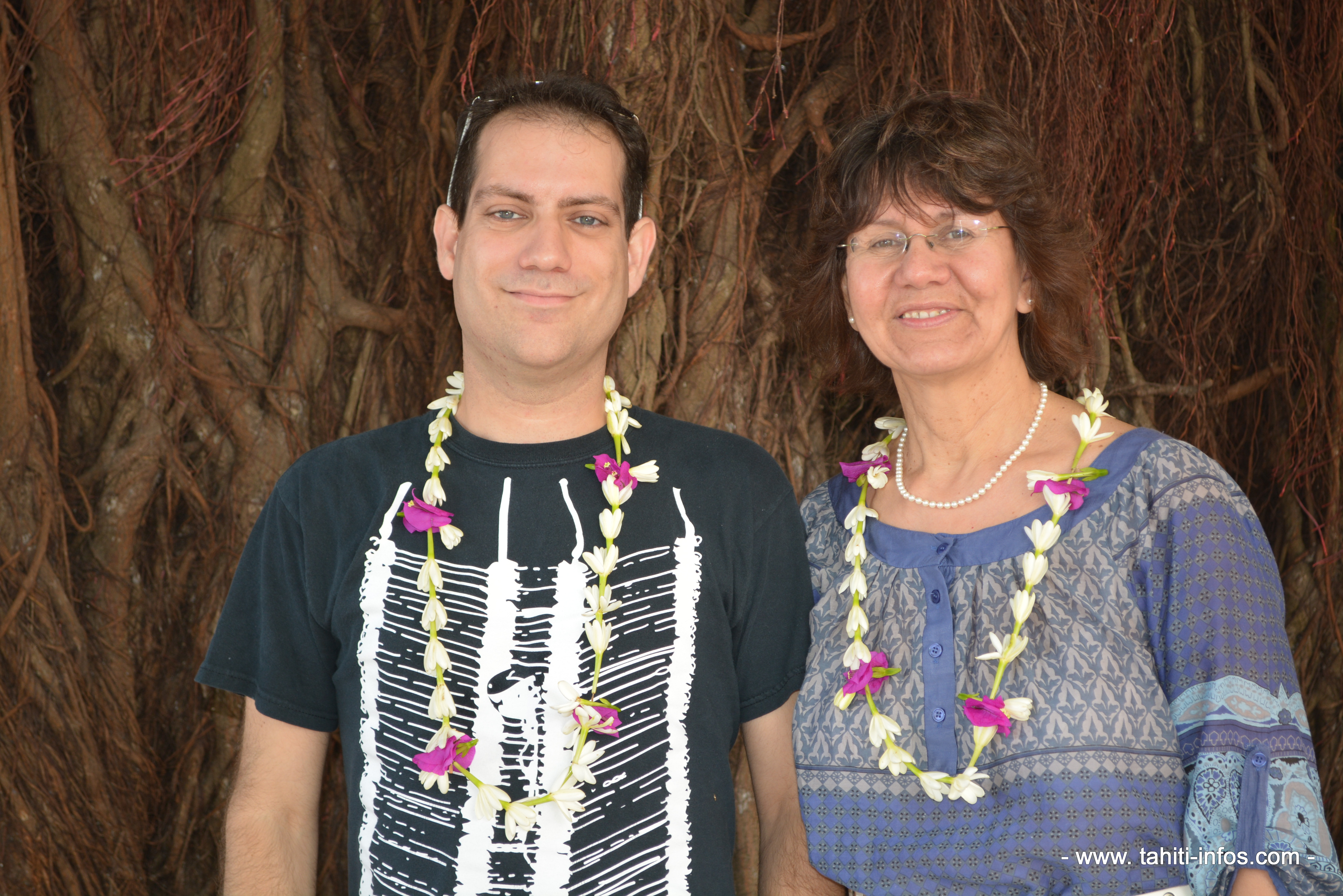 Louis-Karl Picard-Sioui et Virginia Pésémapéo Bordeleau  prennent la pose sous le banian de Te Fare Tauhiti Nui.