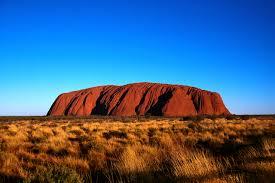 Dans le désert australien, on contemple Uluru, mais on évite d'y grimper
