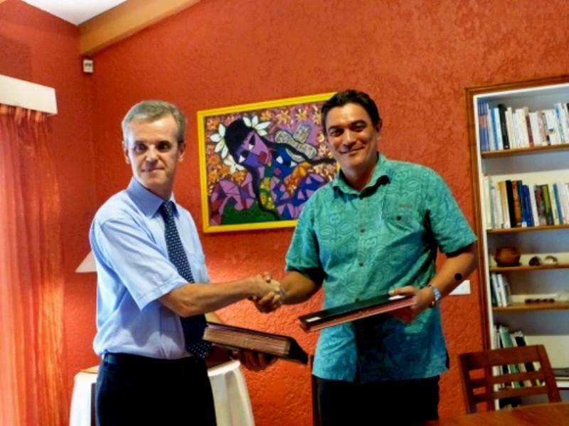 Signature de la convention cadre pour la première licence francophone à Vanuatu : le Premier Ministre de Vanuatu, Moana Carcasses et l'Ambassadeur de France Michel Djokovic. (Source photo : Ambassade de France à Vanuatu