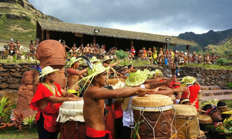 Ainsi, pendant près d'une semaine, l'île de Ua Huka a vibré aux sons des Pahu et des Haka préparés par les 6 délégations des îles Marquises. Crédit photo : Pascal Erhel