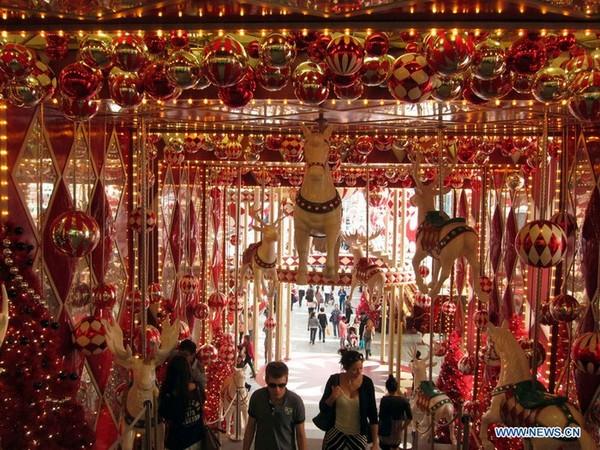 Débauche de décorations dans les centres commerciaux de Hong Kong pour attirer les Chinois
