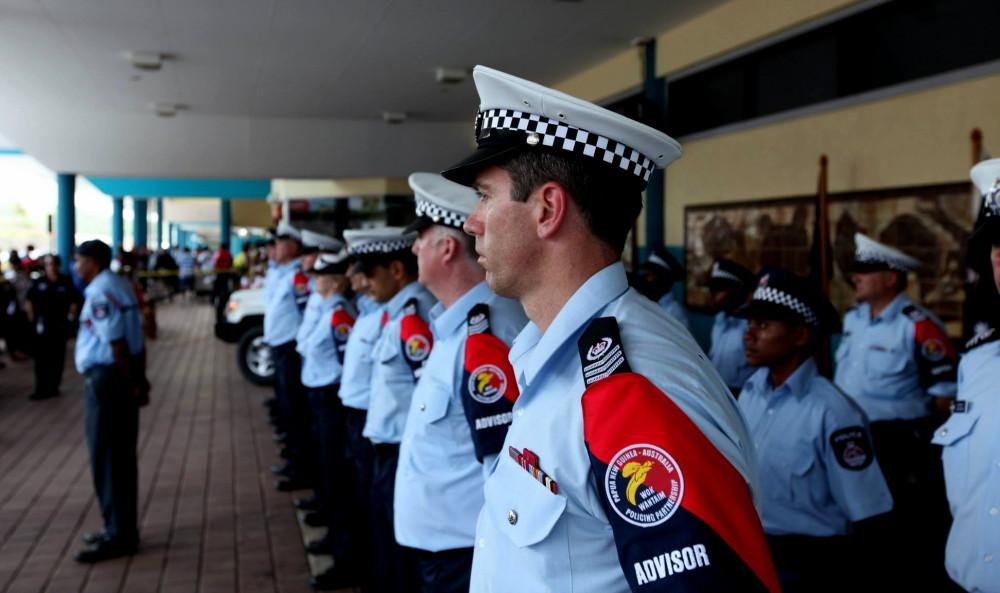 Un groupe de policiers « conseillers » australiens lors de leur arrivée en Papouasie-Nouvelle-Guinée début décembre 2012