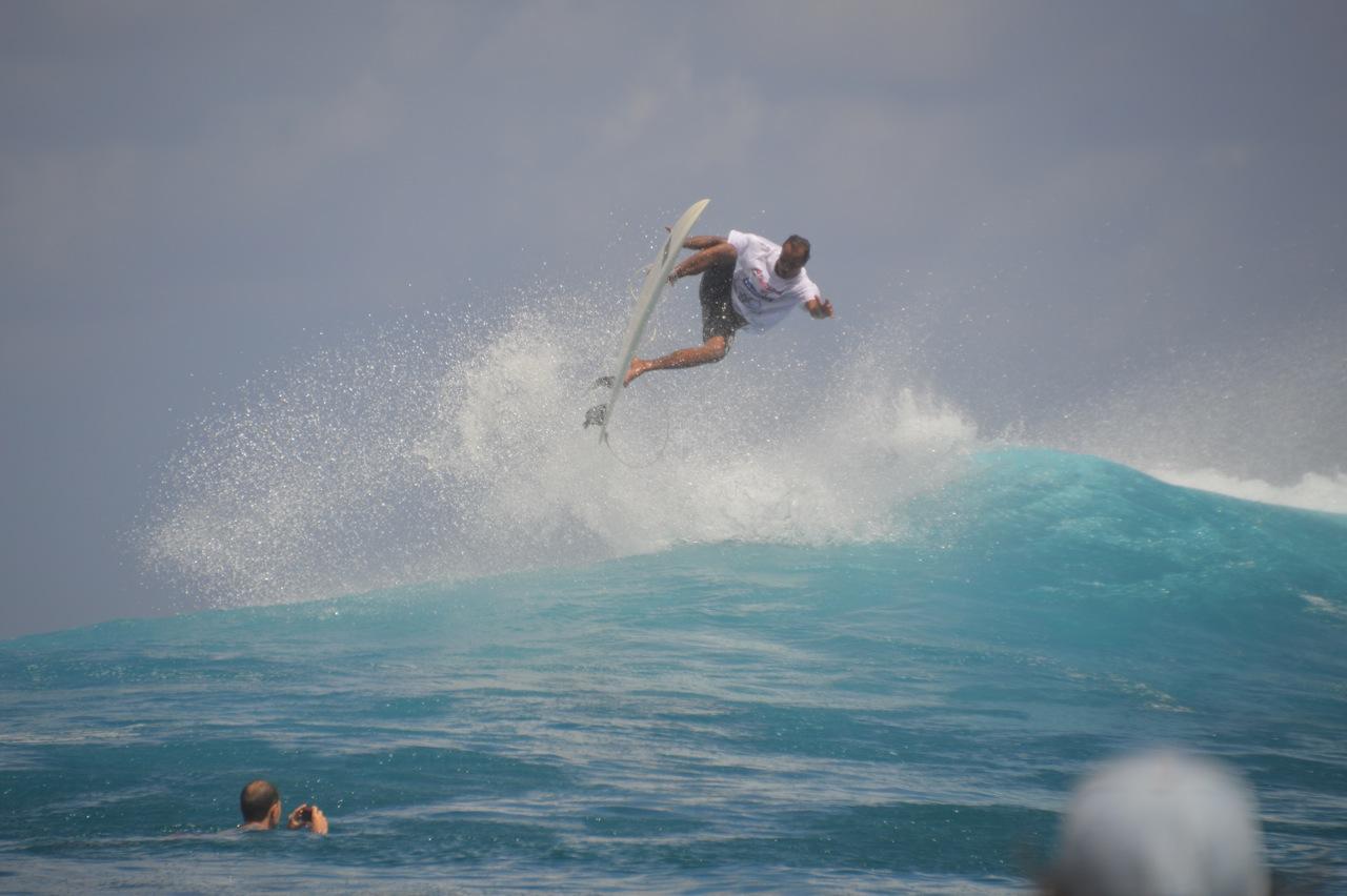 C'était l'occasion également pour Michel et les encadrants de surfer de superbes vagues et montrer tout leur talent aux jeunes qui étaient admiratifs à chacune de leur vague.