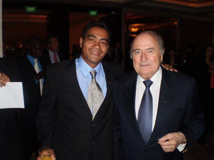 Norbet Hauata aux côtés de Joseph Blatter, le Président de la FIFA