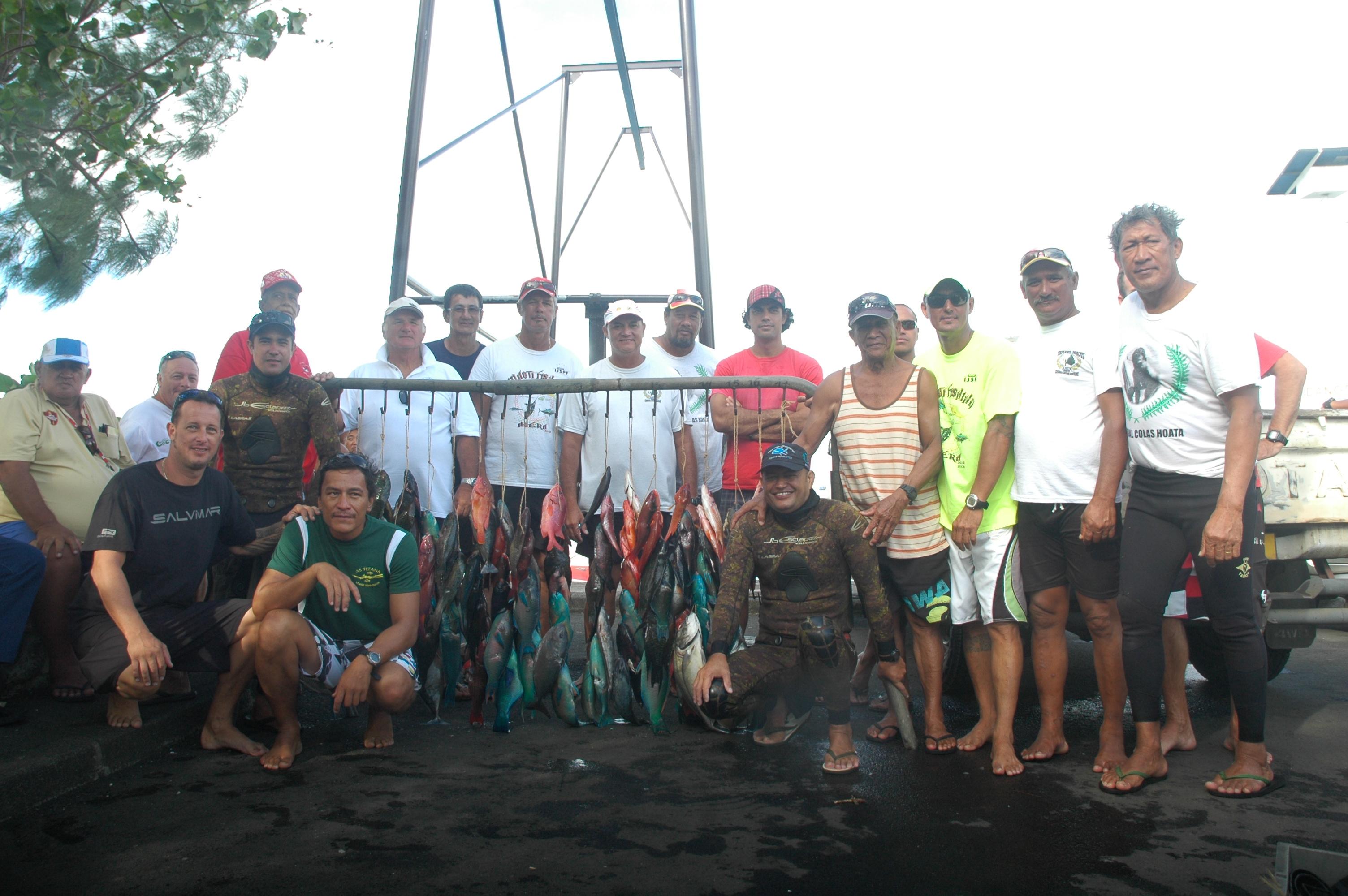 l'ensemble des compétiteurs et le gratin polynésien (Paheroo, Cowan, Montagnon, Pihaatarioe) ont félicité le champion 2013