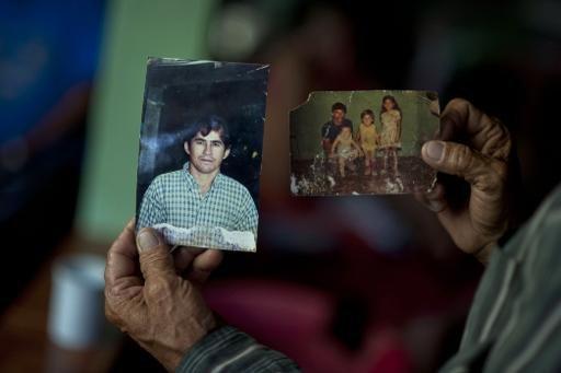 Le père José Salvador Alvarenga  montre des photos de son fils