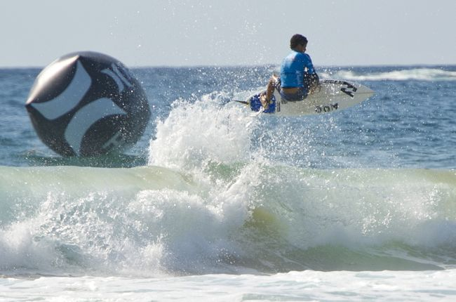 Surf junior international - Mateia Hiquily sort l'actuel N°1 lors des qualifications du Hurley Australian Open of Surfing