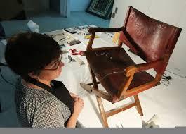 Un fauteuil de Napoléon cassé sous le postérieur d'un employé de musée indélicat