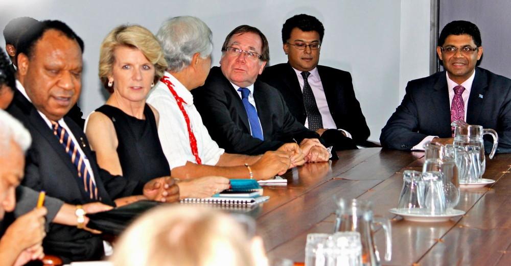 Tour de table autour du ministre en charge des élections fidjiennes, l'Attorney General (Source photos : ministère fidjien de l'information)