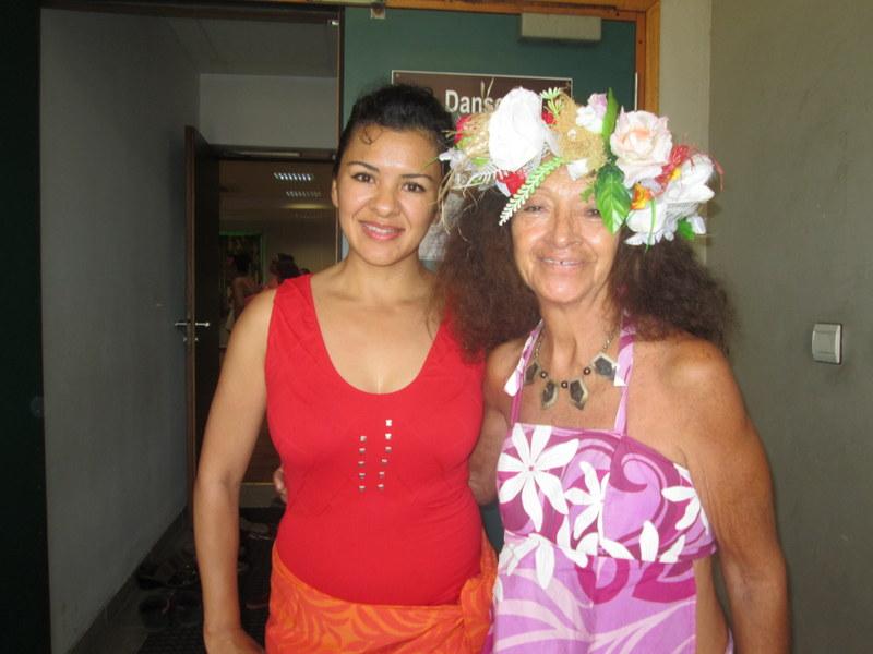 """Lourdes Rodriguez, à gauche, directrice de l'école de danse méxicaine """"Ballet polynesio""""."""