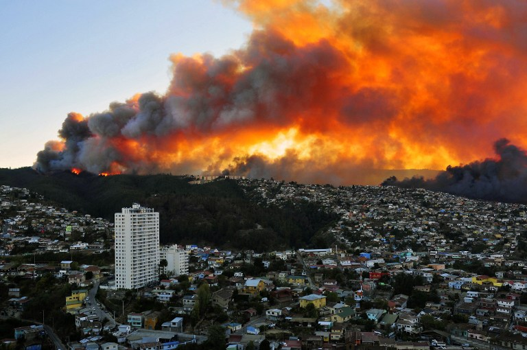 """Chili: 10.000 personnes évacuées, 16 morts dans le """"pire incendie"""" de l'histoire de Valparaiso"""