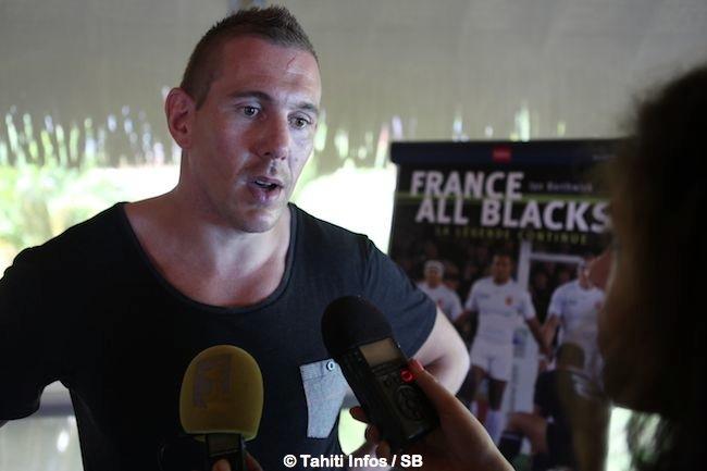 Rugby – rencontre avec le Imanol Harinordoquy du XV de France, pour la sortie d'un livre 'France-All Blacks'