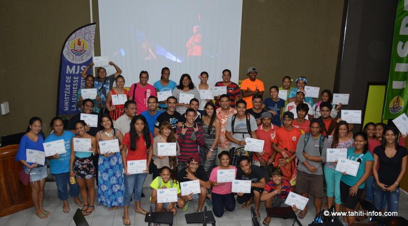 une partie des 115 volontaires ayant reçu leur attestation, avec l'organisation et les partenaires de la Earth Hour 2014