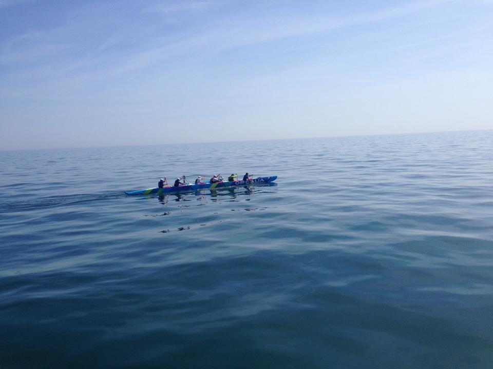 La pirogue Puaraitu au milieu de la Manche, deux heures avant d'apercevoir Cherbourg (photo Facebook)