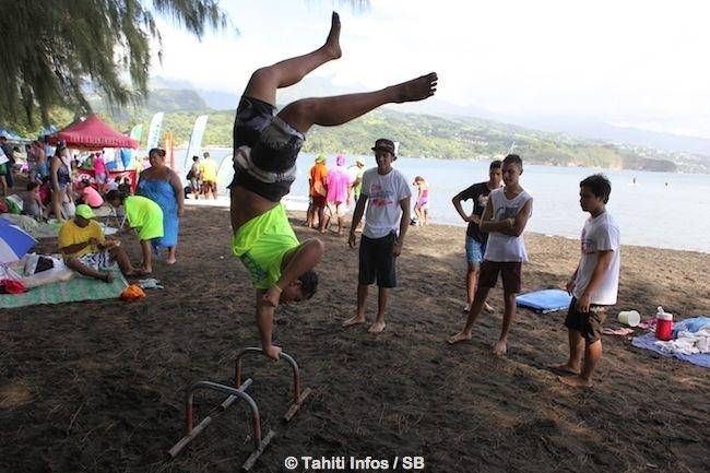 Le 'street workout' s'invite à la plage