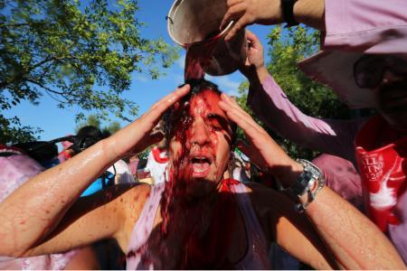 """Des milliers de litres de vin pour une """"bataille"""" festive en Espagne"""