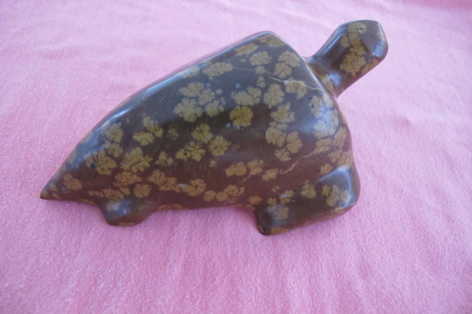 Exemple de produits conçus avec une pierre fleurie, une tortue. Photo : le blog de l'océanien