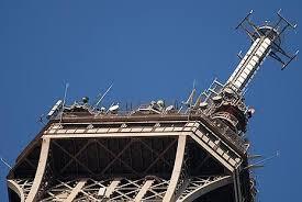 Loin des touristes, une tour Eiffel toujours stratégique pour la TV et la radio
