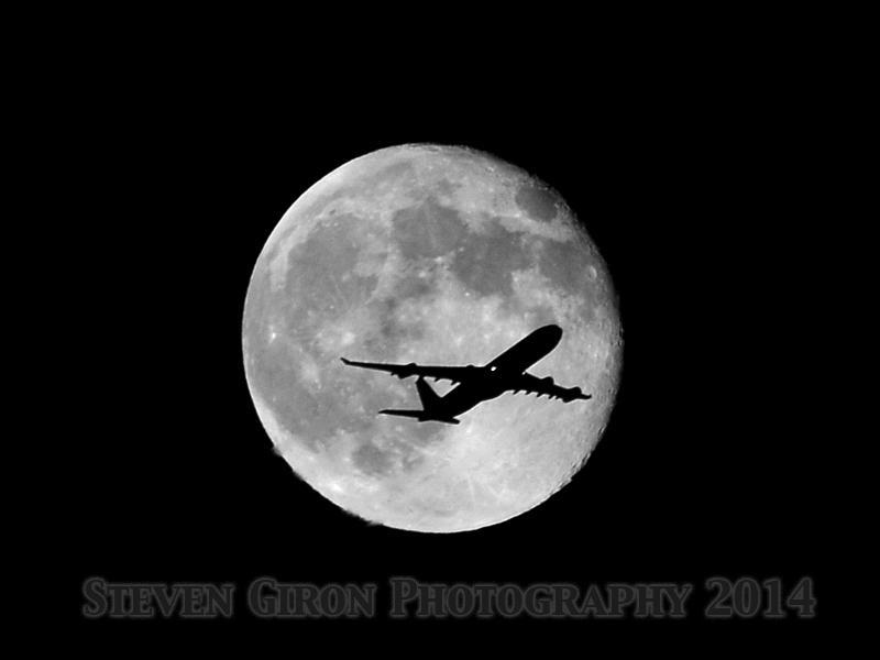Un avion d'ATN face à la Super Lune
