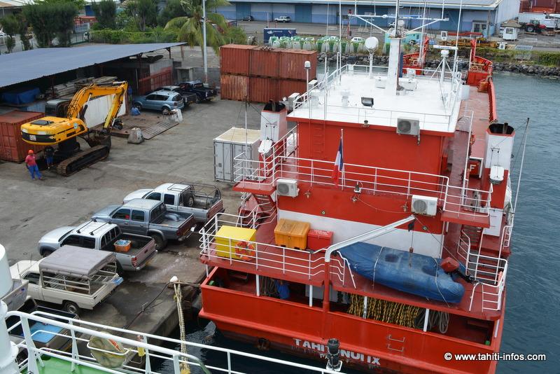 La barge de la Flottille Administrative et l'une des pelleteuses qu'elle va transporter jusqu'à Tikei