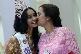Déchue, une reine de beauté birmane s'enfuit avec sa couronne