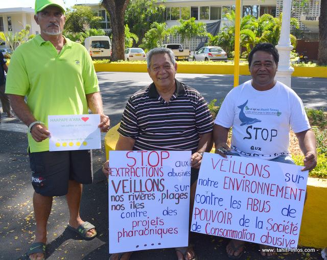 Des pancartes explicites brandies ce vendredi matin devant les portes du Palais de justice de Papeete.