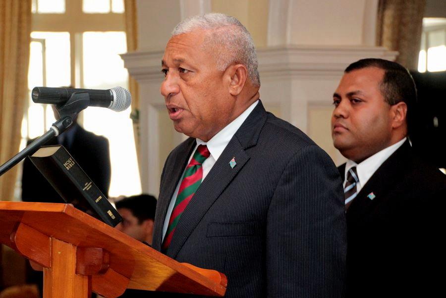 Franck Bainimarama prête serment lundi, la Bible à la main, devant le Président de la République Ratu Epeli Nailatikau. (Source photo : ministère fidjien de l'information).   [102 Kb]